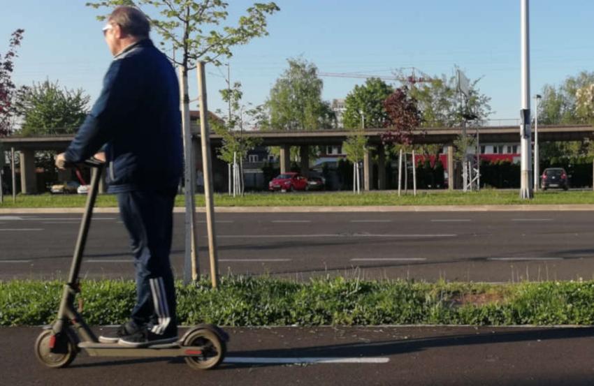 Električni romobili bez zakonske regulative problem su - pješacima!